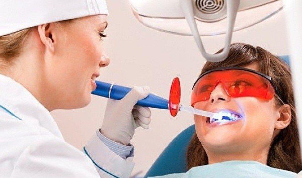 девушка лечит зубки