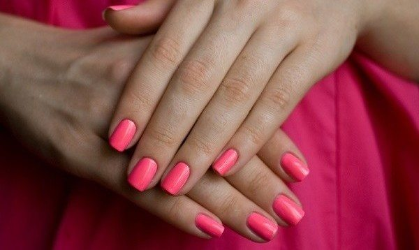 яркий розовый нейл-арт