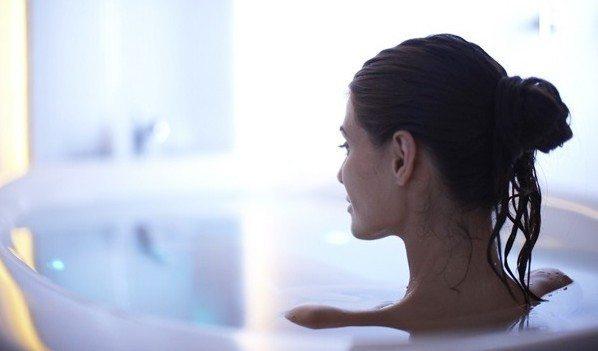 брюнетка в ванне