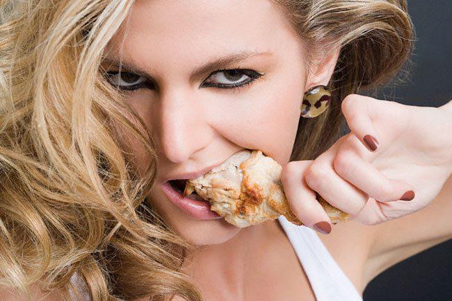 девушка ест куриную ногу