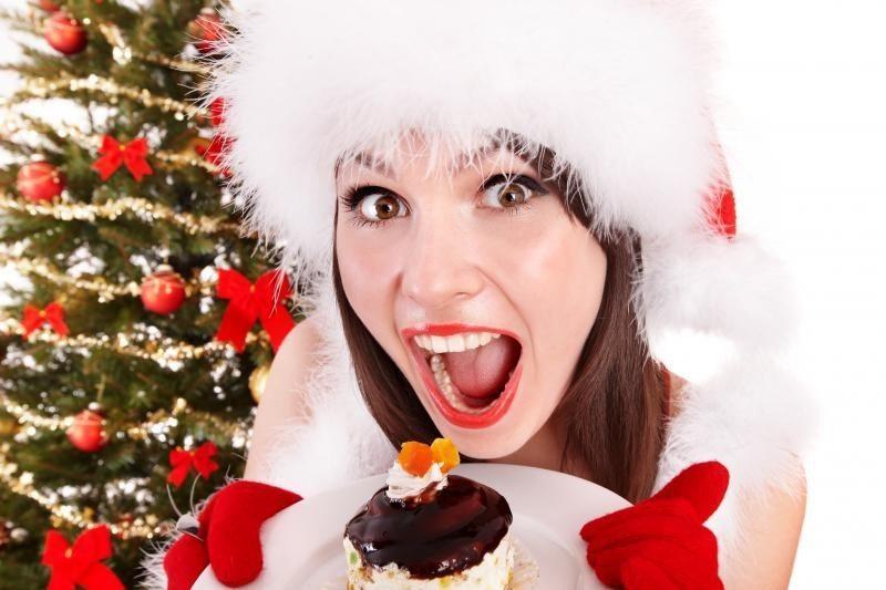 девушка ест пирожное