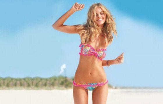 стройная девушка на пляже