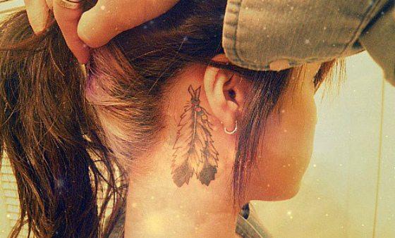 татуировка перо за ухом