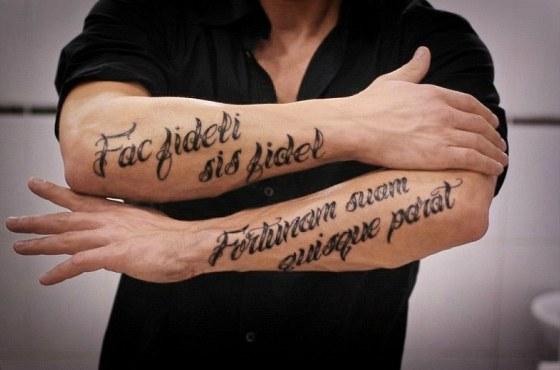 """Латинские фразы """"Будь верен тому, кто верен тебе"""" и """"Свою судьбу каждый делает сам"""""""