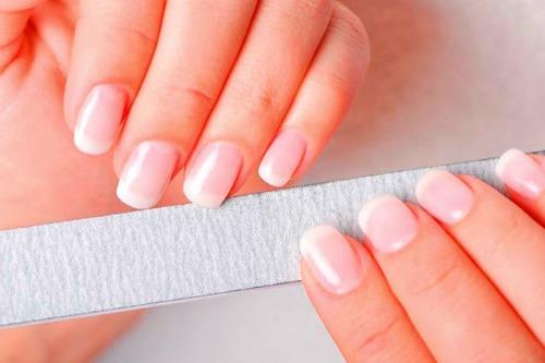 Неправильный маникюр-одна из причин возникновения пятен на ногтях у девушек
