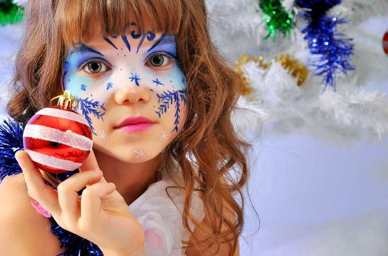 девочка с красками на лице