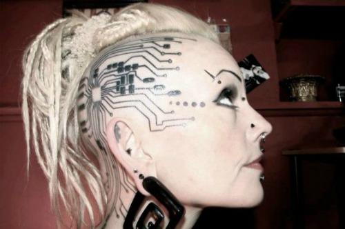 Девушка с татушкой cyberpunk