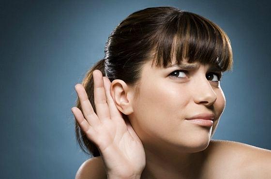 Слабослышащая девушка